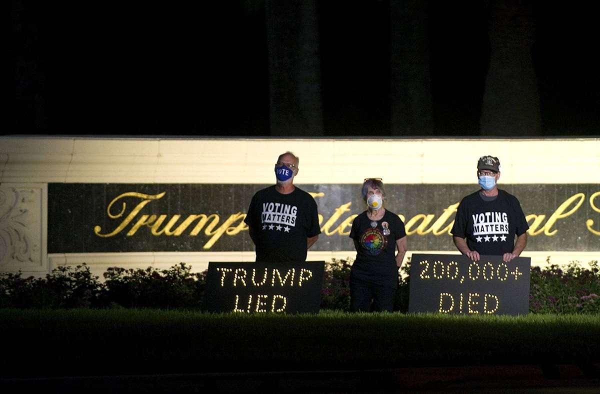 Demonstranten halten eine Mahnwache für die Corona-Toten in den USA – in der Nähe des Golfressorts von US-Präsident Donald Trump. Foto: imago images/ZUMA Wire/Meghan Mccarthy via www.imago-images.de