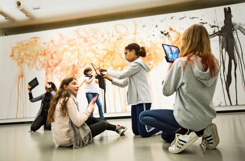 Per iPad-App   verpassen die Sechstklässler der Uhland-Realschule den Werken in der Kunsthalle eine eigene Realität. Foto: Horst Rudel