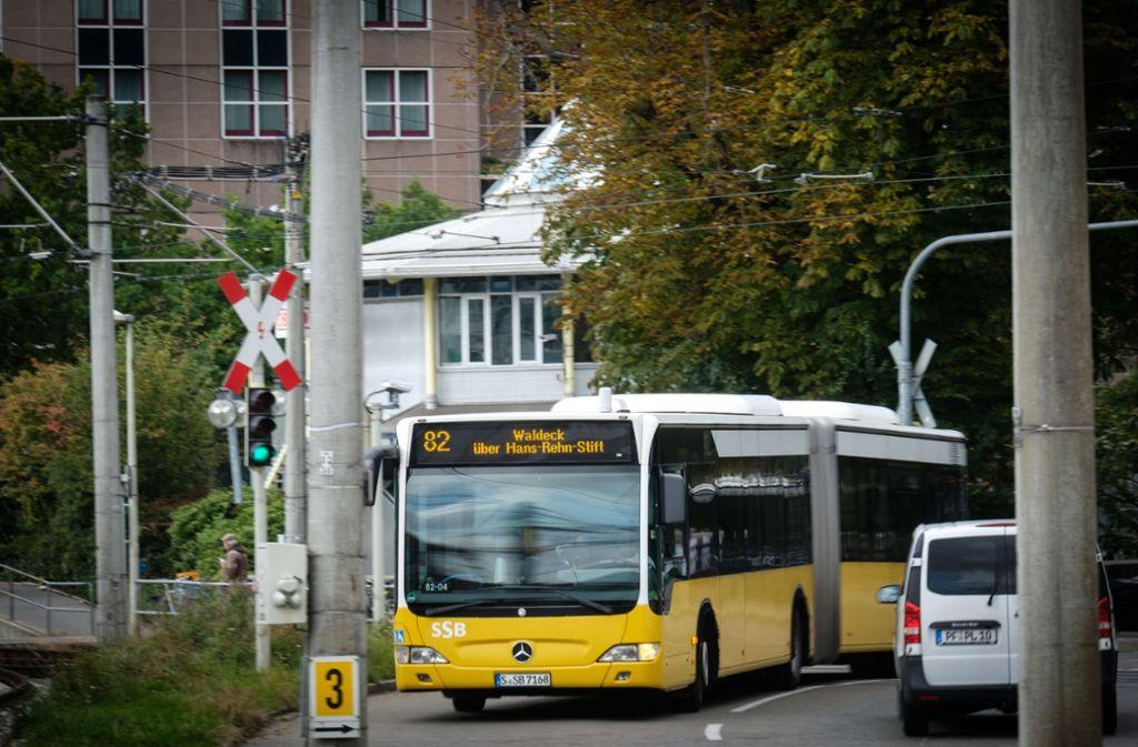 Ein SSB-Bus wurde mit einem Stein getroffen (Symbolfoto). Foto: Lichtgut/Achim Zweygarth