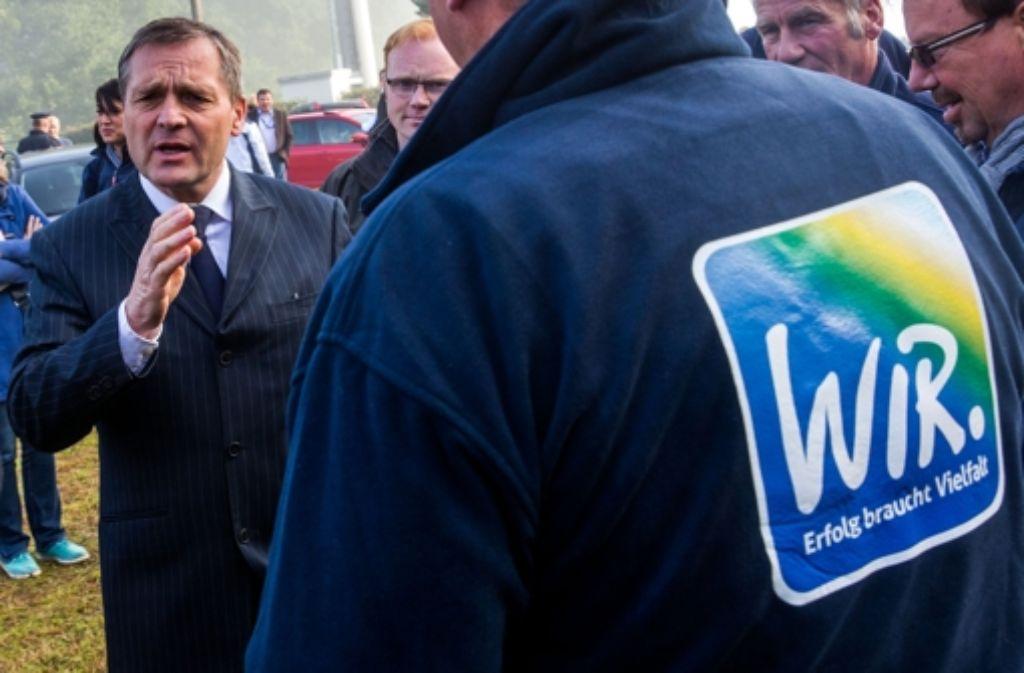 Der Fraktionsvorsitzende der NPD im Landtag von Mecklenburg-Vorpommern, Udo Pastörs, bei seinem Besuch eines Flüchtlingsheims. Foto: dpa-Zentralbild