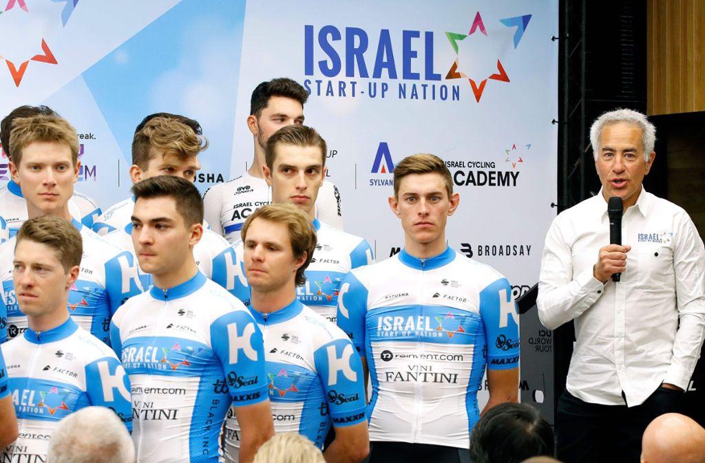 Der Chef persönlich stellt seine Mannschaft vor: Sylvan Adams (re.) bei der Team-Präsentation in Tel Aviv Foto: AFP/Jack Guez