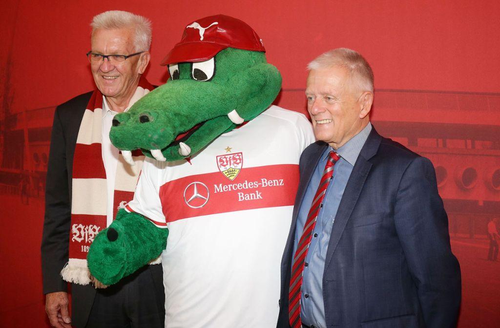 Auch Ministerpräsident Winfried Kretschmann (links) und Stuttgarts Bürgermeister Fritz Kuhn gratulierten dem VfB. Foto: Pressefoto Baumann