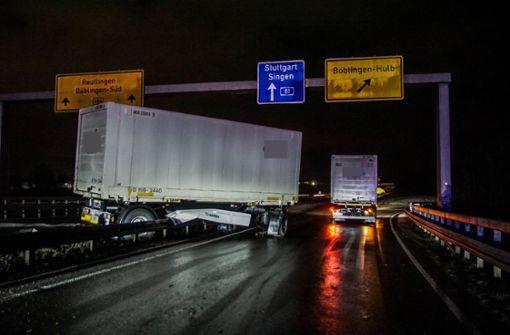 Lastwagen durchbricht auf glatter Fahrbahn Leitplanke