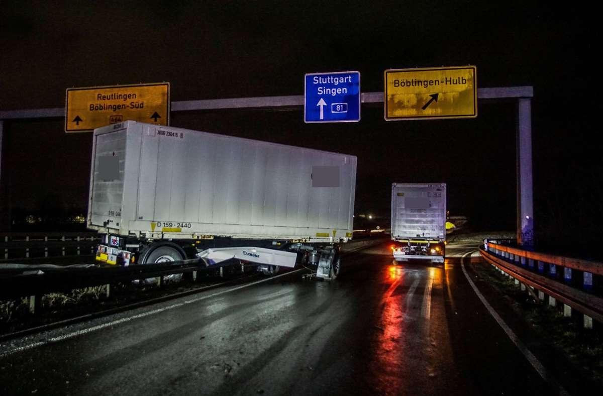 Der Lkw-Fahrer war auf glatter Fahrbahn ins Schleudern geraten. Foto: SDMG/Dettenmeyer