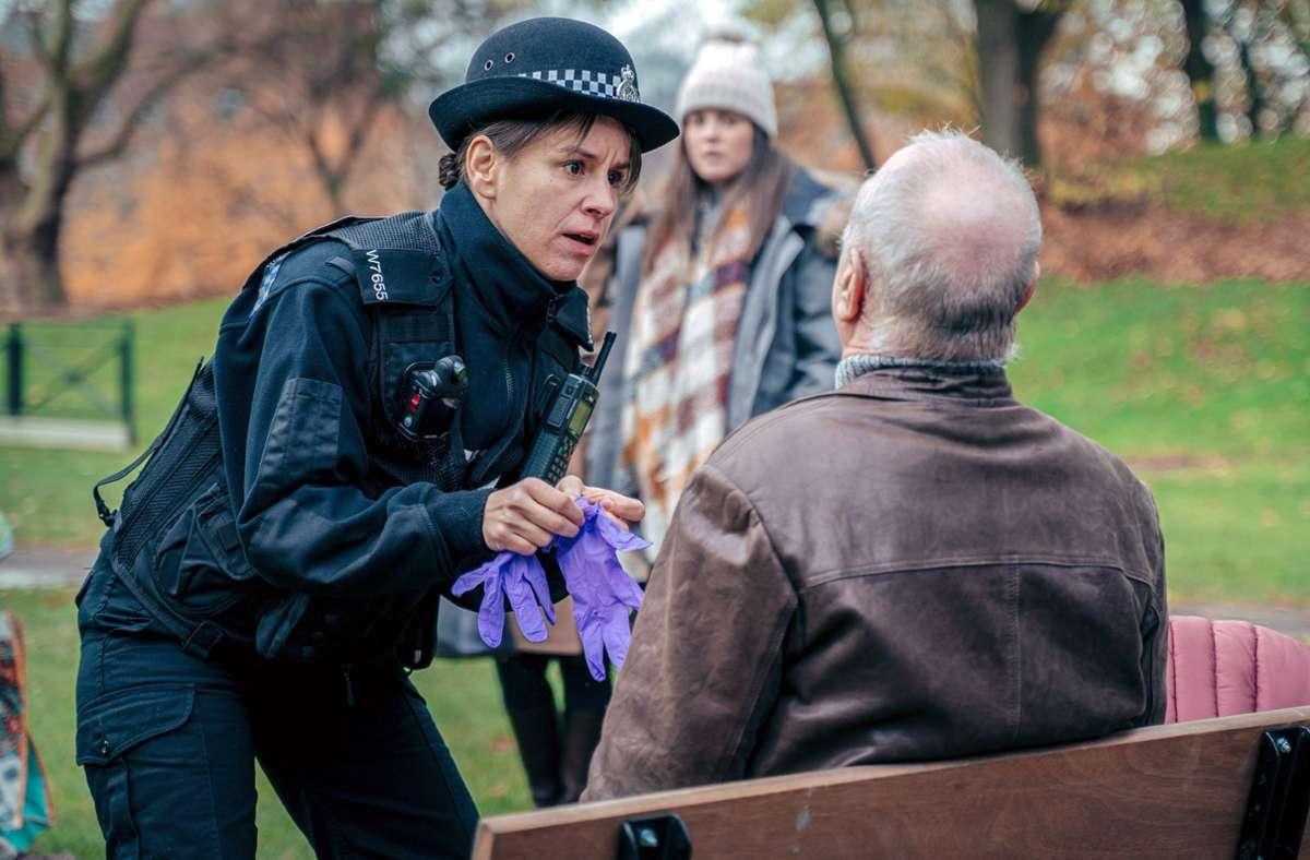 Eine Polizistin findet den schwer vergifteten Sergei Skripal auf einer Parkbank. Foto: Arte/James Pardon