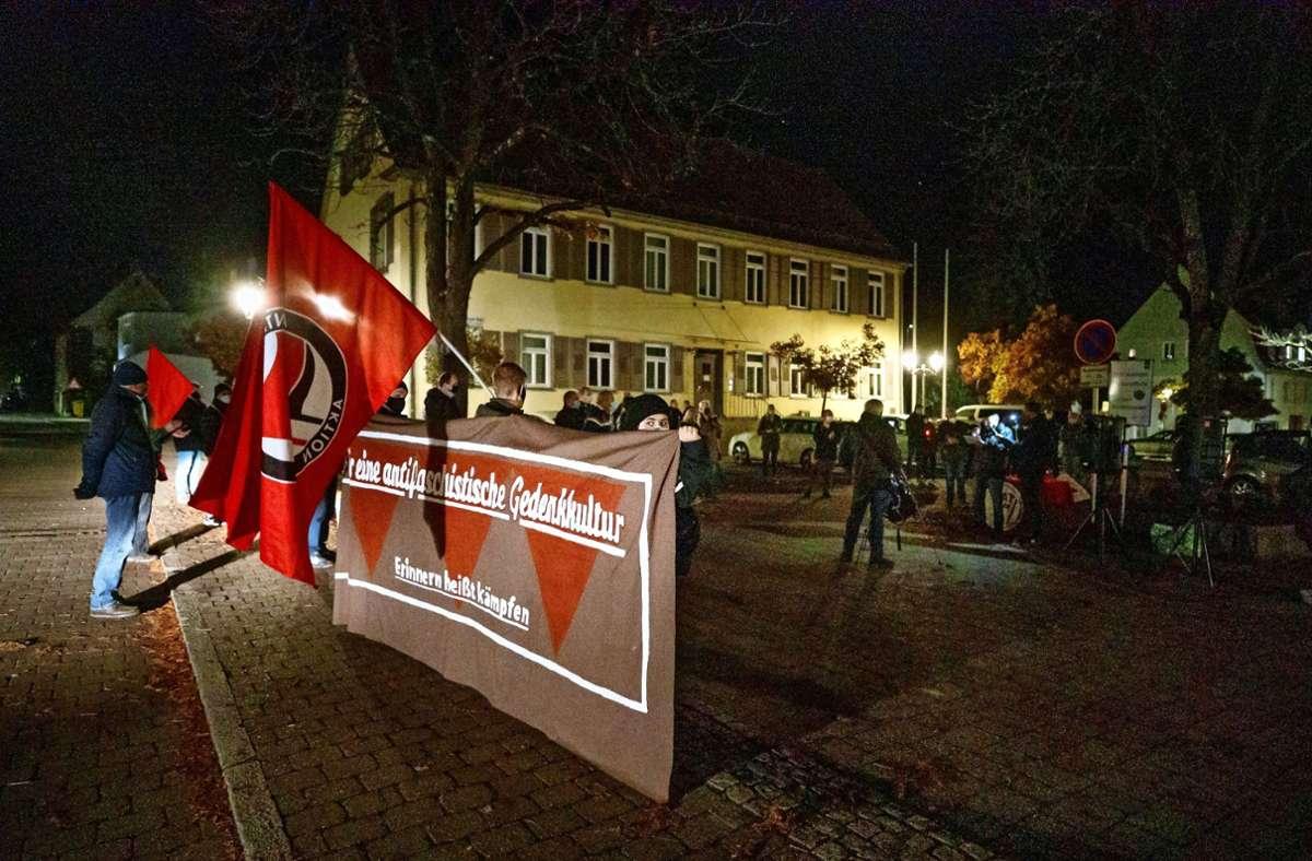 Rund 50 Menschen haben auf dem Welzheimer Hermann-Schlotterbeck-Platz an die Reichspogromnacht erinnert und  der Opfer des Naziregimes gedacht Foto: /Gottfried Stoppel