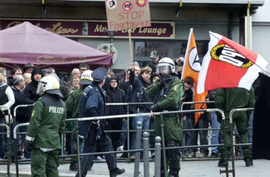 Begleitet von einer Gegendemonstration haben am Karsamstag rund 80 Neonazis am Göppinger Bahnhof demonstriert. Foto: Horst Rudel