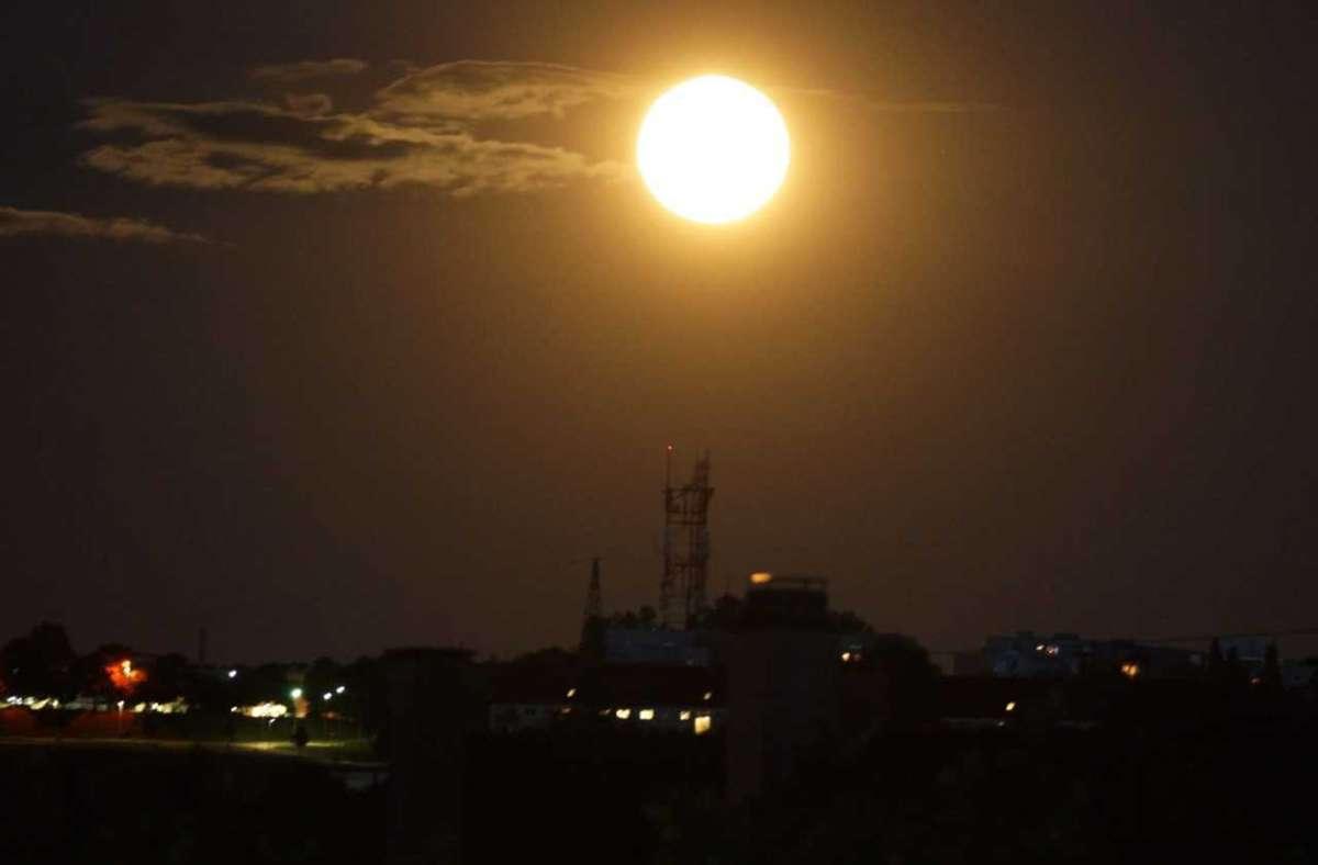 Der Vollmond leuchtet am Sonntagabend hell über Stuttgart. Foto: Andreas Rosar/Fotoagentur-Stuttgart