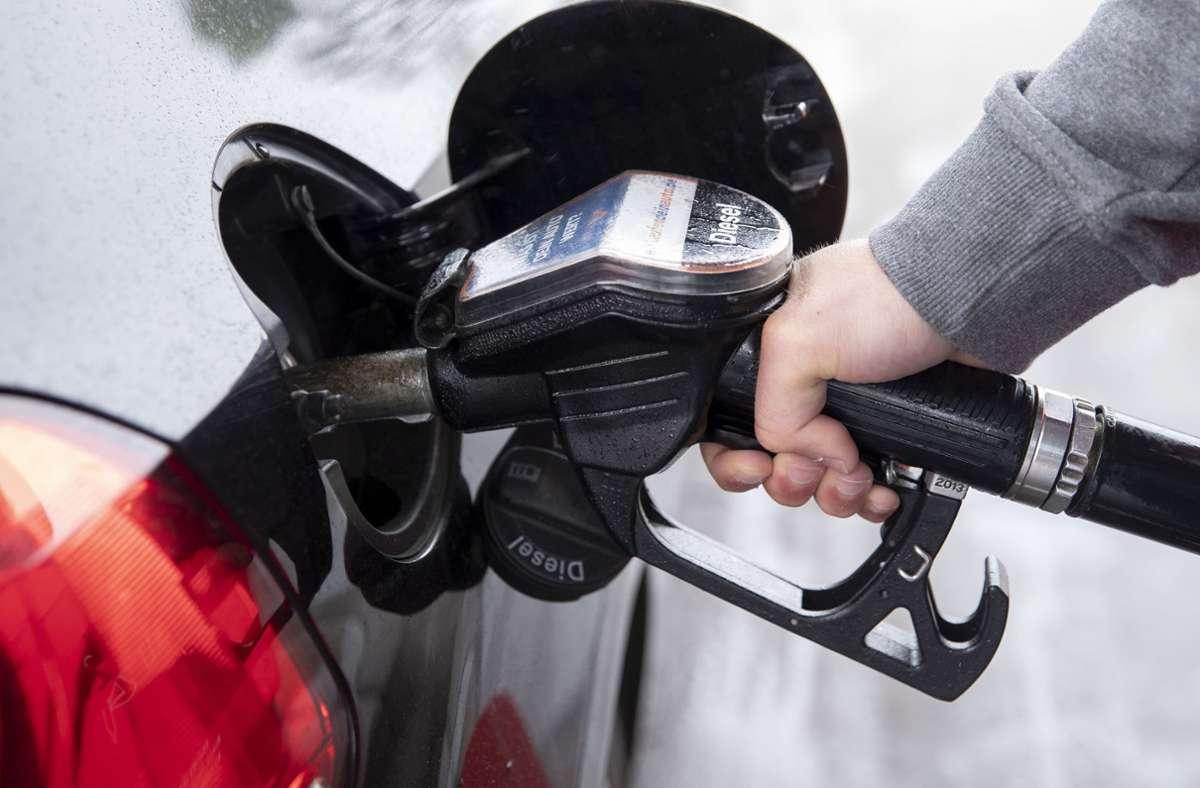 Tanken ist derzeit eine teure Angelegenheit. Foto: dpa/Felix König