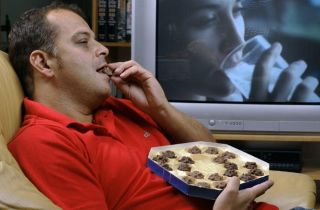 Der Mensch isst nicht gern allein. Gut, dass es das Fernsehen gibt. Foto: Archiv