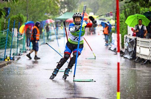 Inline-Fahrer rasen im  Regen den Hang hinunter
