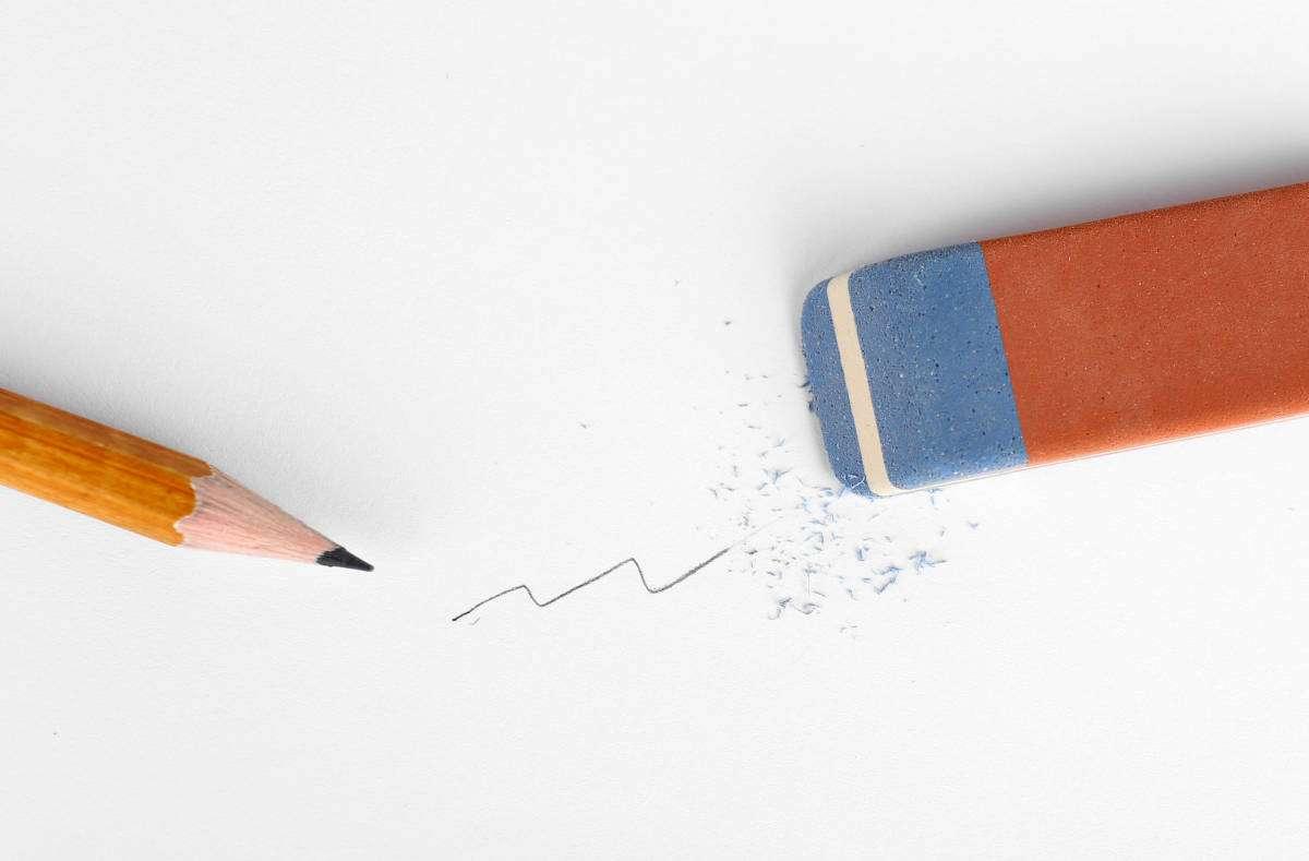 Jeder kennt den klassischen Radierer mit roter und blauer Seite. So funktioniert ein Radiergummi und dafür ist die blaue Seite. Foto: Africa Studio / Shutterstock.com