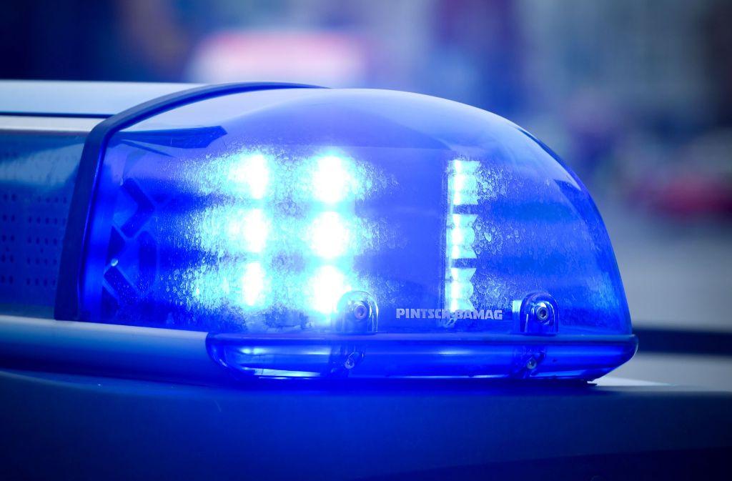 Die Polizei rückte in der Nacht zu einem Unfall in Esslingen aus. Foto: dpa