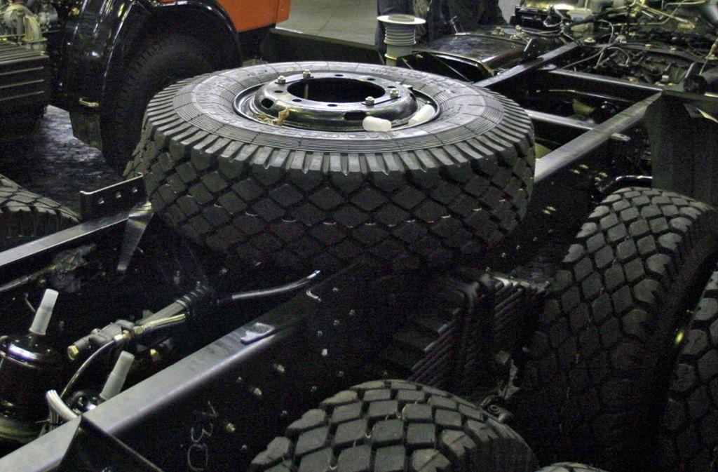 Ein Reifen löst sich von einem Lastwagen und löst eine Unfallserie aus. Foto: dpa