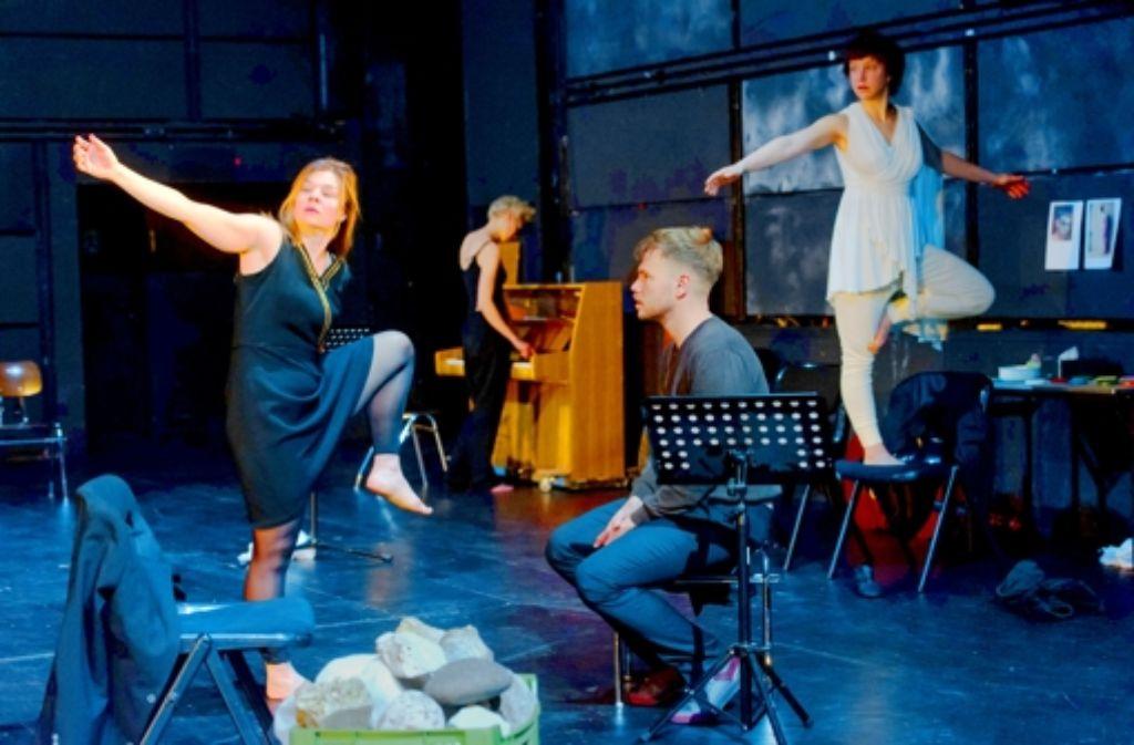 """Sie spielen sich stundenlang warm (von links): Berit Jentzsch, Manja Kuhl, Paul Grill und Katharina Knap in """"Antigone"""" Foto: Oliver Fantitsch"""