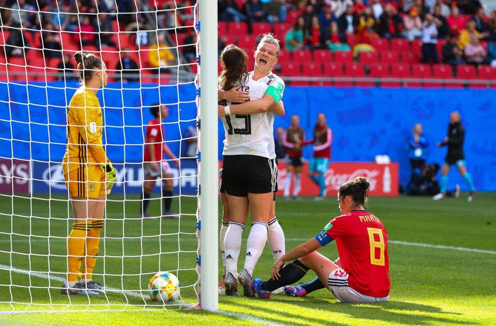 Nach einem Kopfball von Alexandra Popp drückte die Spielerin des FC Bayern München den Ball im Zweikampf über die Linie. Foto: Getty Images