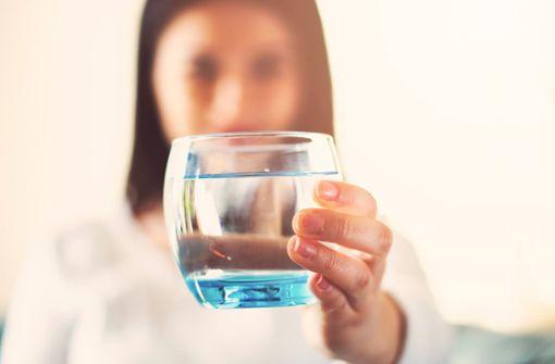 Schwierigkeiten mehr zu trinken? Wir haben für Sie 12 praktische Tipps & Tricks, wie Sie im Alltag mehr Wasser trinken.