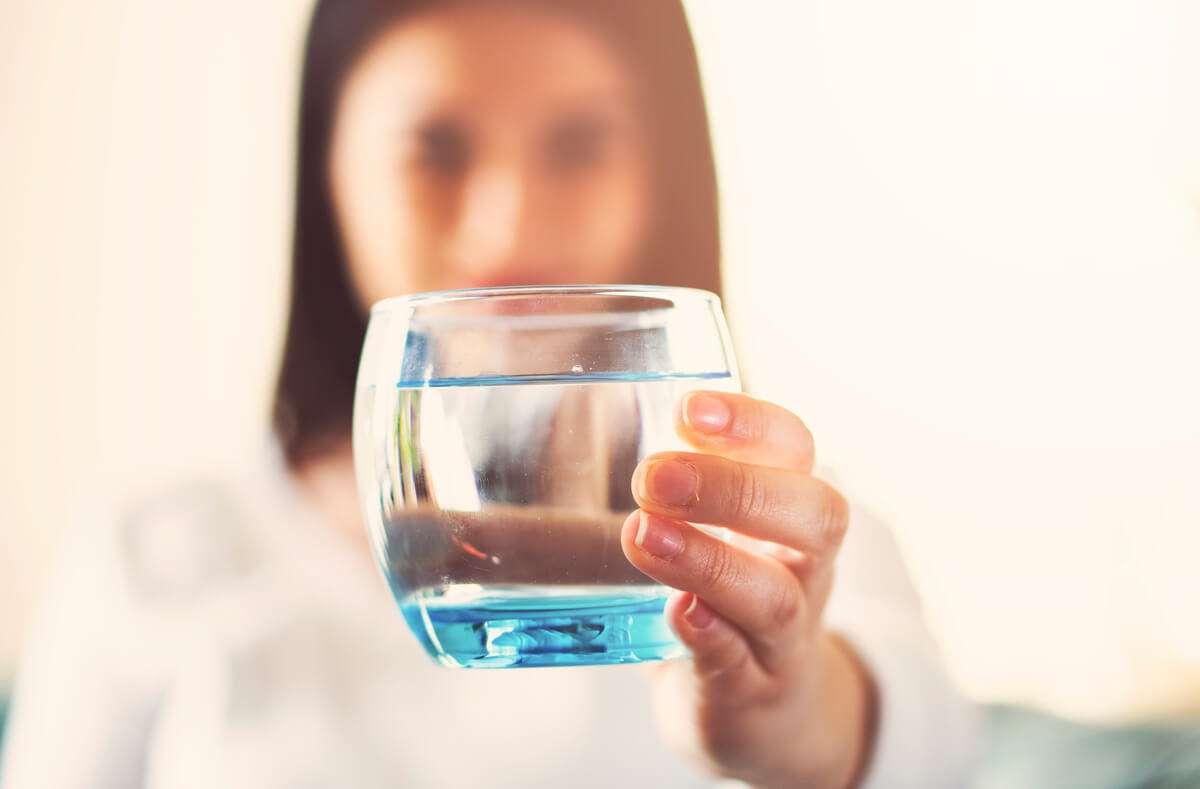 Schwierigkeiten mehr zu trinken? Wir haben für Sie 12 praktische Tipps & Tricks, wie Sie im Alltag mehr Wasser trinken. Foto: Erhanyelekci / Shutterstock.com