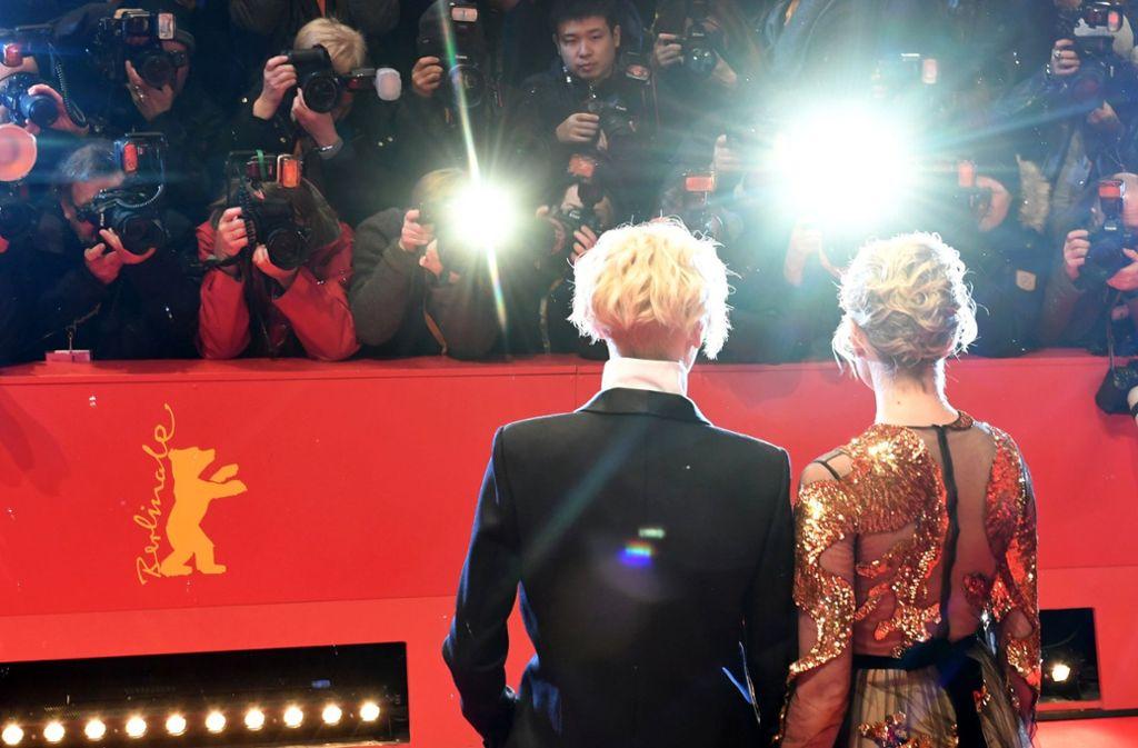 Klassisches Berlinale-Setting: Die Schauspielerinnen Tilda Swinton (links) und Greta Gerwig stellen sich dem Blitzlichtgewitter. Foto: dpa-Zentralbild