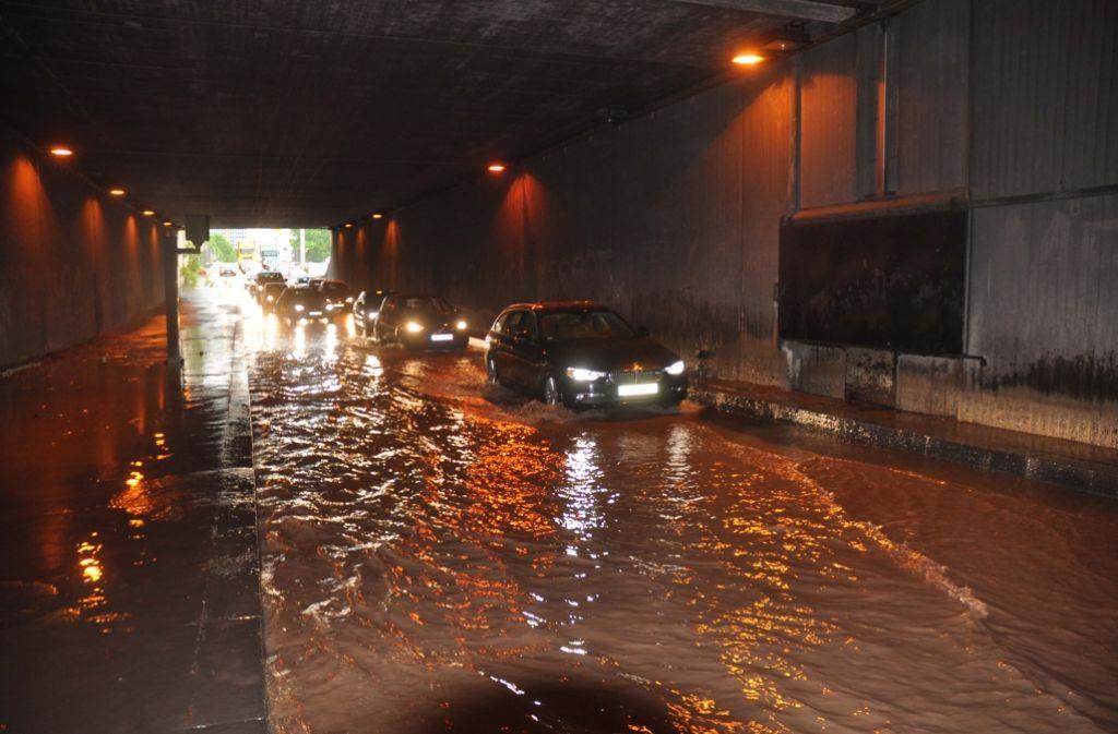 In der Stuttgarter Innenstadt hat der Regen im Feierabendverkehr für überflutete Straßen gesorgt. Unsere Bildergalerie zeigt die erneuten Wetterkapriolen. Foto: Andreas Rosar Fotoagentur-Stuttgart