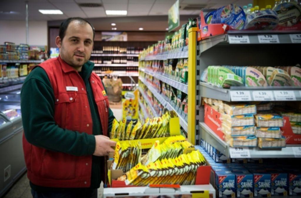 Der Untertürkheimer CAP-Laden-Chef Angelo Carrino (oben) fürchtet um seinen Job.  Im Falle einer Schließung würde auch der Lieferservice eingestellt. Foto: Lichtgut/Achim Zweygarth