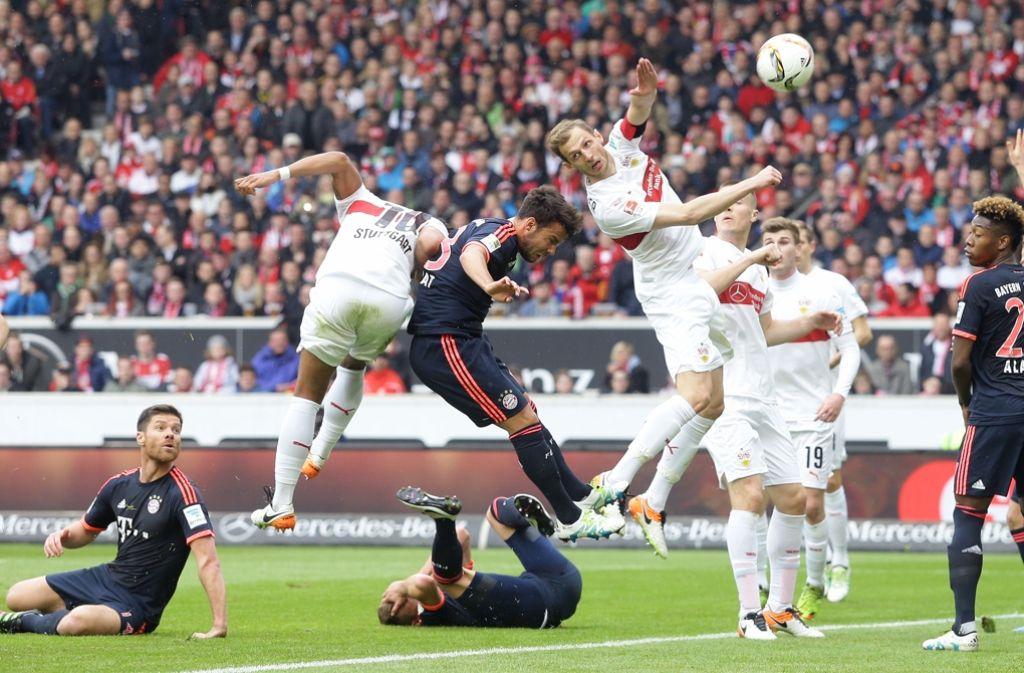 Nach Eckbällen geht es im Strafraum der Bayern hoch her. hier versuchen Georg Niedermeier und Daniel Didavi (links) an den Ball zu kommen. Foto: Baumann