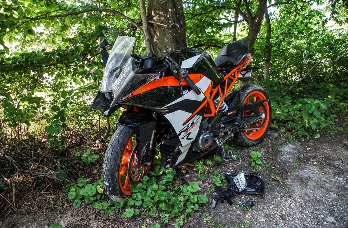 Nachdem der Motorradfahrer auf einem Feldweg zum Liegen kam, rutsche die Maschine noch einige  Meter weiter. Foto: SDMG/SDMG / Dettenmeyer