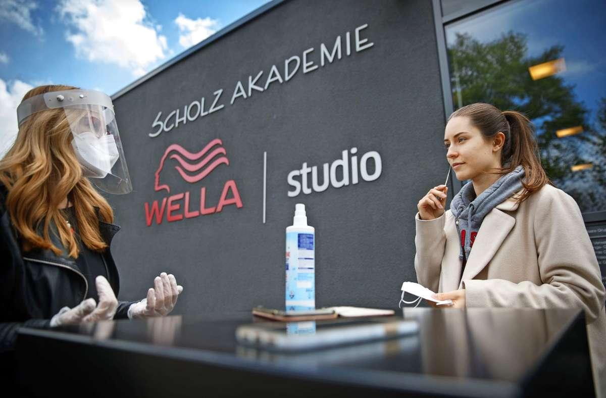 Bei Scholz-Haare wird  die Cosima-App auch in der Ausbildungsakademie in Weinstadt eingesetzt. Foto: Gottfried Stoppe/l