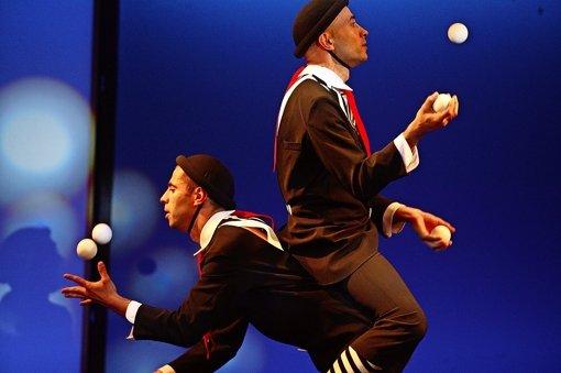 Während im Varieté mit Bällen jongliert wird, haben das die Stadträte mit Geld getan, um das Theater zu retten. Foto: Michael Steinert