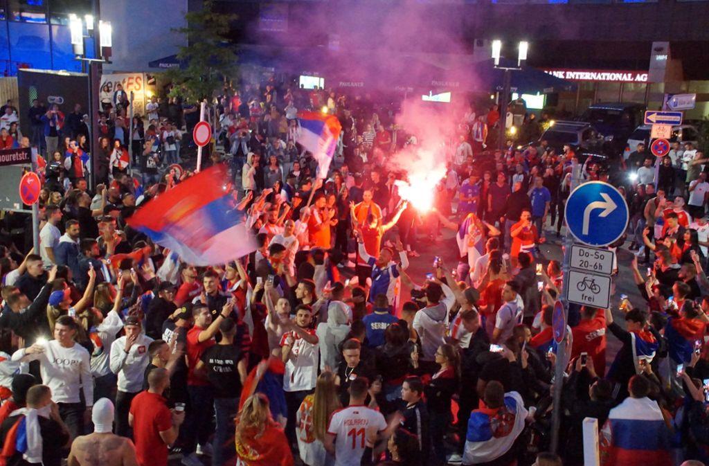 Serbische Fans versammeln sich nach dem Spiel gegen die Schweiz in der Stuttgarter Innenstadt. Foto: Andreas Rosar Fotoagentur-Stuttgart