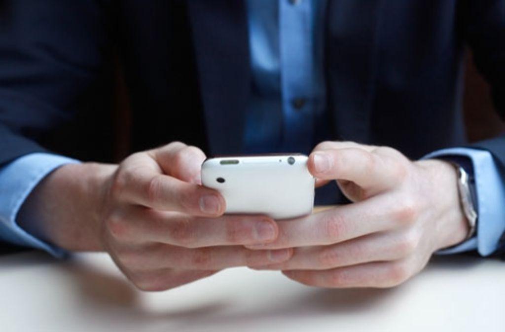 Ein Polizist in Göppingen verschickt rechte SMS und bleibt im Dienst. (Symbolfoto) Foto: Shutterstock