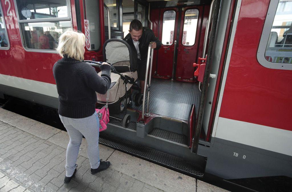 Ein Einstieg in die Bahn mit Kinderwagen  ist nicht immer einfach Foto: FACTUM-WEISE/Simon Granville