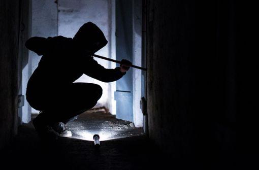 Einbrecher durchsuchen Schränke einer Arztpraxis