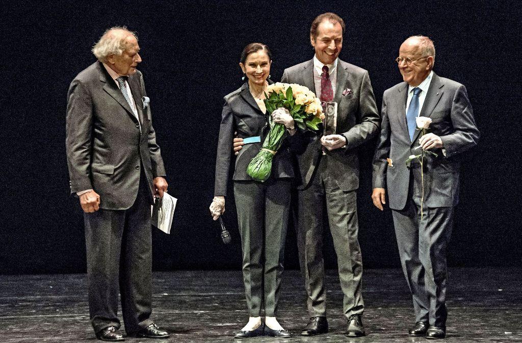 """""""Leuchttürme der Ballettwelt"""": Birgit Keil und Vladimir Klos, gewürdigt von     Reinhold Würth (links) und Peter Linder (rechts). Foto: Lichtgut/Julian Rettig"""