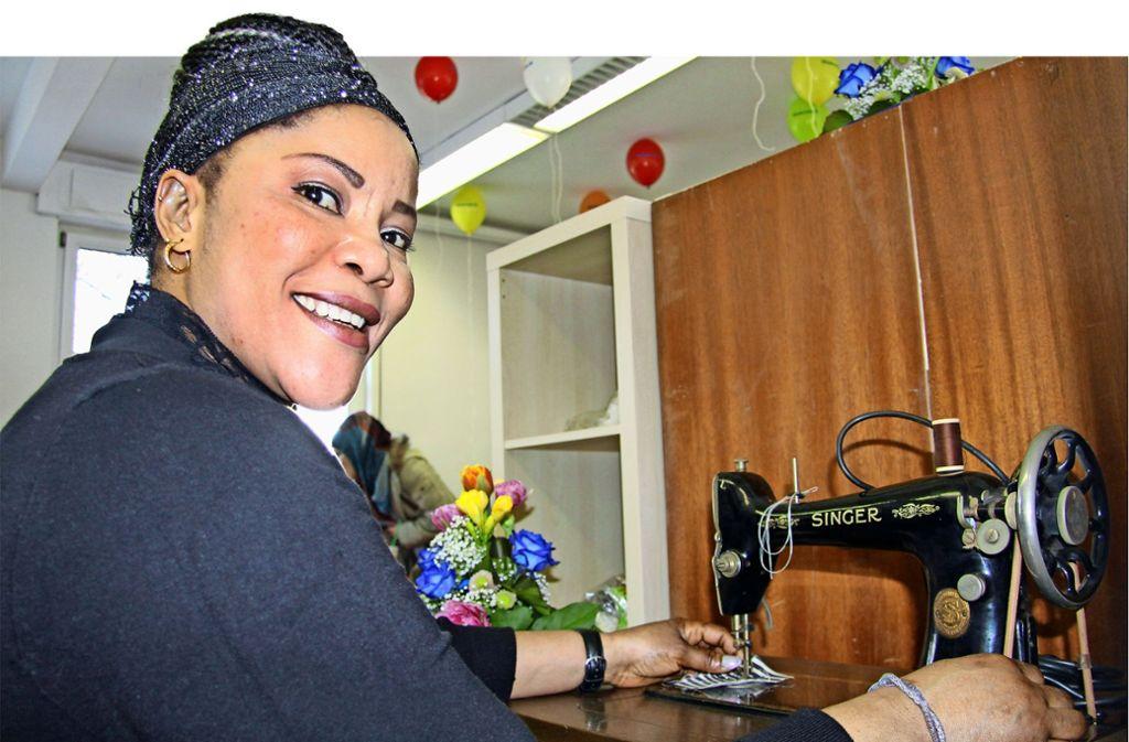 Für Deba Omobude    ist die Nähstube ein Glücksfall: sie schneidert gerne und will ihre Deutschkenntnisse verbessern. Foto: Stadt Ostfildern