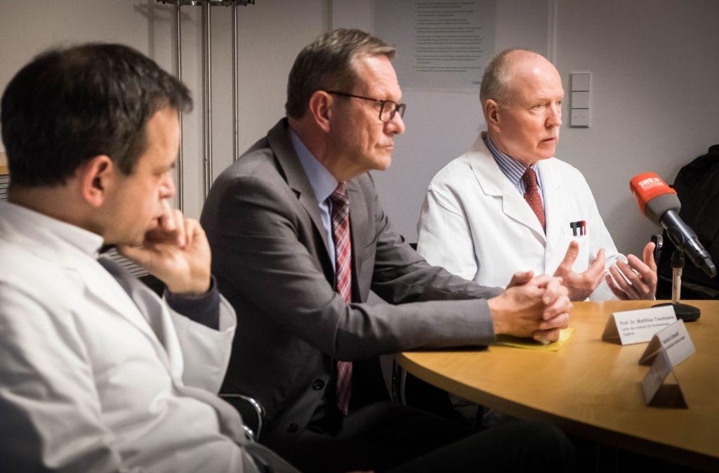 Nachdenkliche Gesichter (von rechts): Chefhygieniker Matthias Trautmann mit Geschäftsführer Reinhard Schimandl und Neurologie-Direktor Hansjörg Bäzner Foto: Lichtgut/Achim Zweygarth