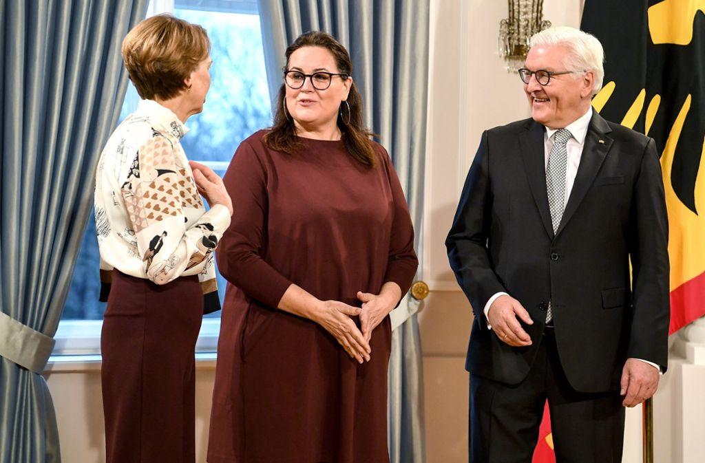 Susanne Benizri (Mitte) aus Mannheim wurde für ihr Engagement von Bundespräsident Frank-Walter Steinmeier geehrt. Foto: dpa/Britta Pedersen