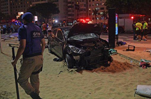 Auto fährt in Menschenmenge an der Copacabana