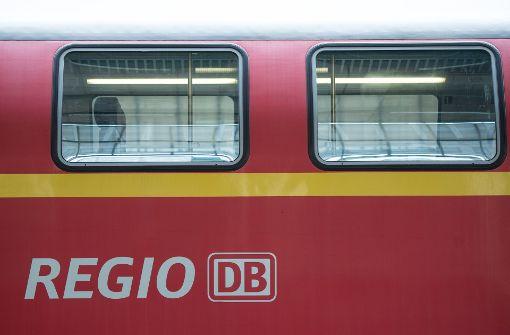 Fußballfan stürzt aus fahrendem Zug