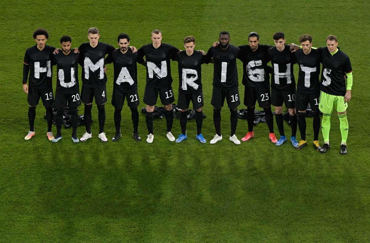 Elf Nationalspieler, elf Buchstaben – eine Botschaft für Menschenrechte: DFB-Elf in Duisburg Foto: dpa/Tobias Schwarz