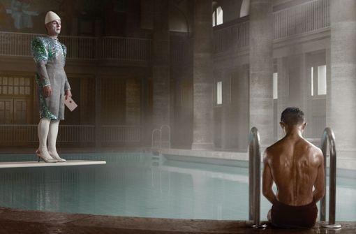 Einsame Männer im Schwimmbad