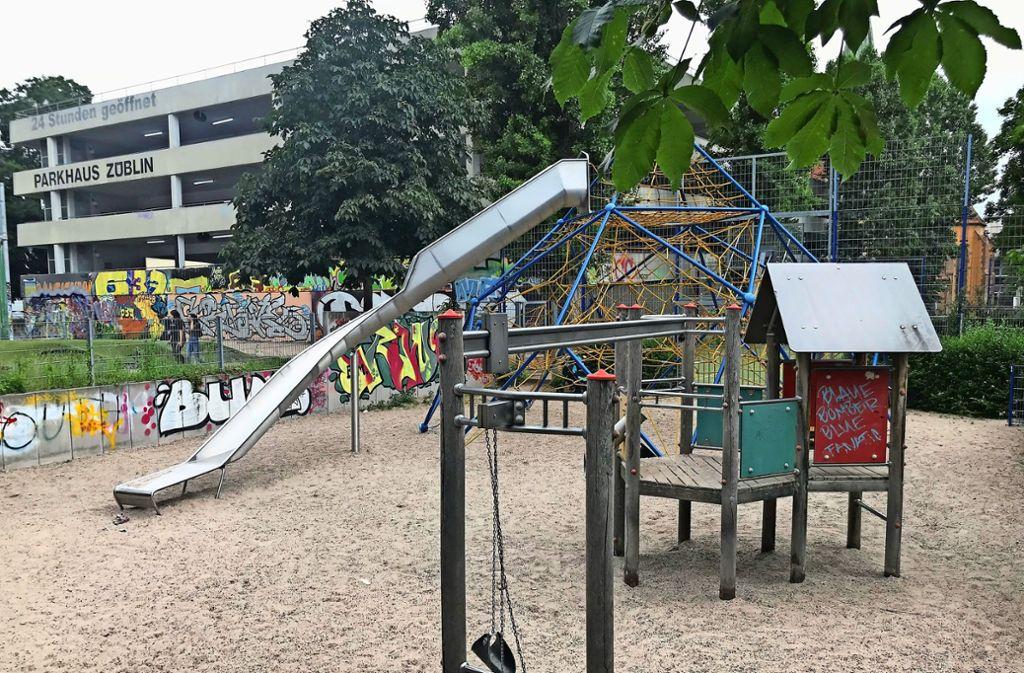 Nicht nur Kinder nutzen den Spielplatz am Züblin-Parkhaus gerne. Abhängige spritzen sich dort in aller Öffentlichkeit  Heroin und hinterlassen blutige Spritzen. Foto:
