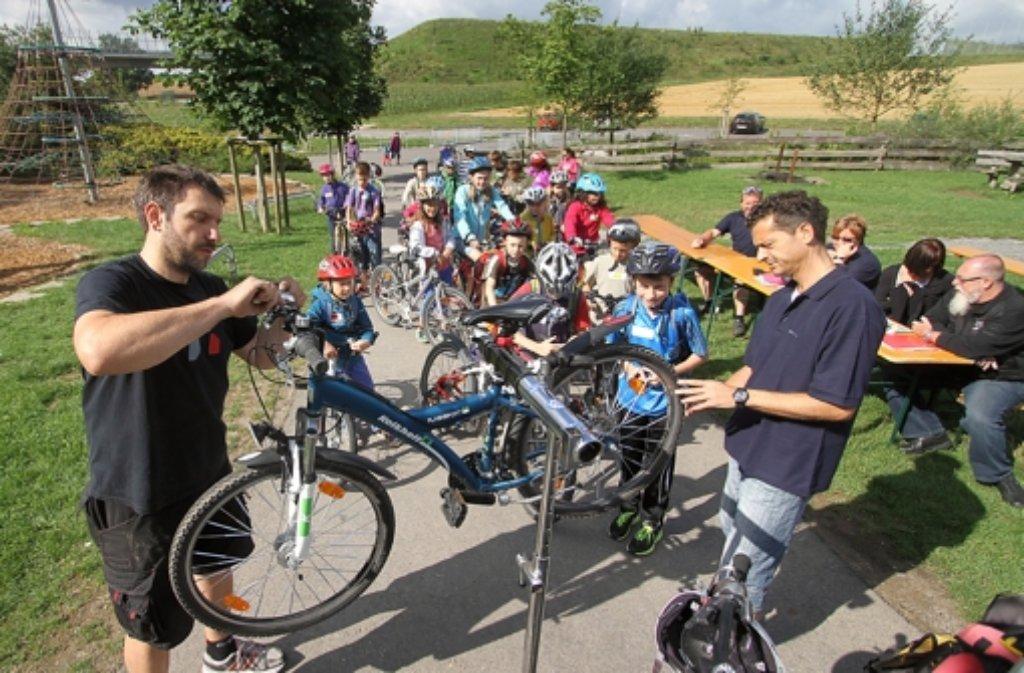 Zur Sicherheit überprüfen die Polizisten alle Räder der  Kinder. Foto: factum/Granville