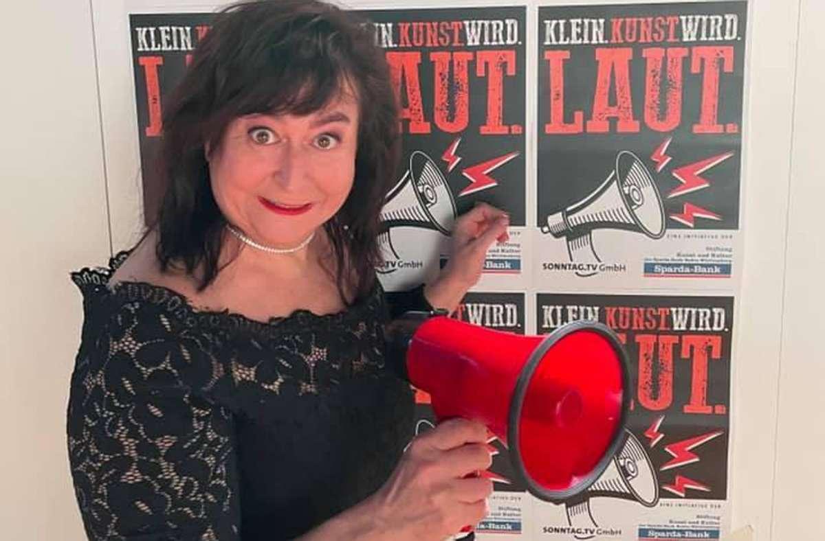 Die bayerische Kabarettistin  Lizzy Aumeier spielt bei einer  Online-Benefiz-Show für die Künstlersozialhilfe in Stuttgart.. Foto: Sparda-Bank