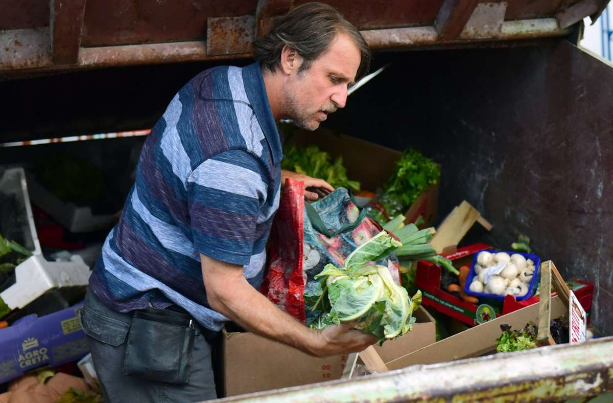 Volker (Bjarne Mädel) hat einen Job – und sucht trotzdem nach brauchbarem Gemüse im Supermarktabfall. Foto: BR/TV60Film/Juergen Olczyk