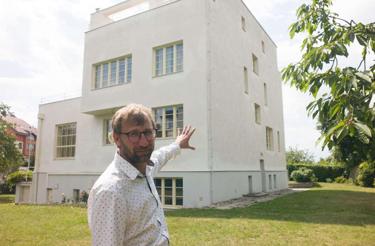 David Cysar, der Urenkel des Bauherrn, zeigt auf die Villa Winternitz, die Adolf Loos und Karel Lhota einst geplant und gebaut haben. Foto: dpa/Michael Heitmann