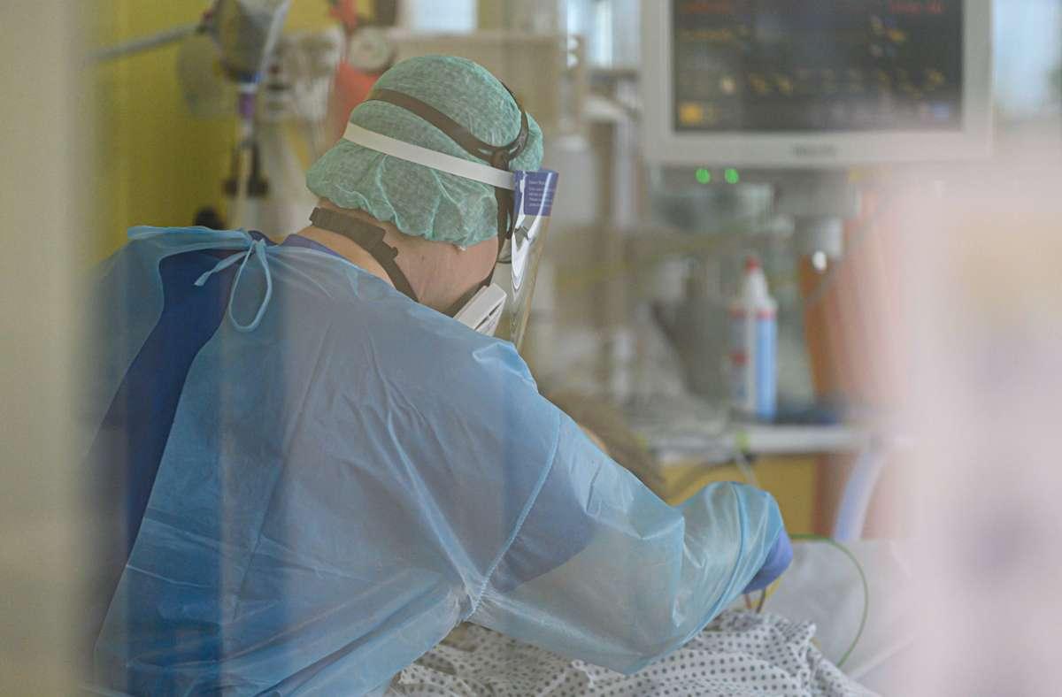 Ein 73 Jahre alten Mann ist nach einer zweiten Infektion mit dem Coronavirus gestorben. (Archivbild) Foto: dpa/Robert Michael