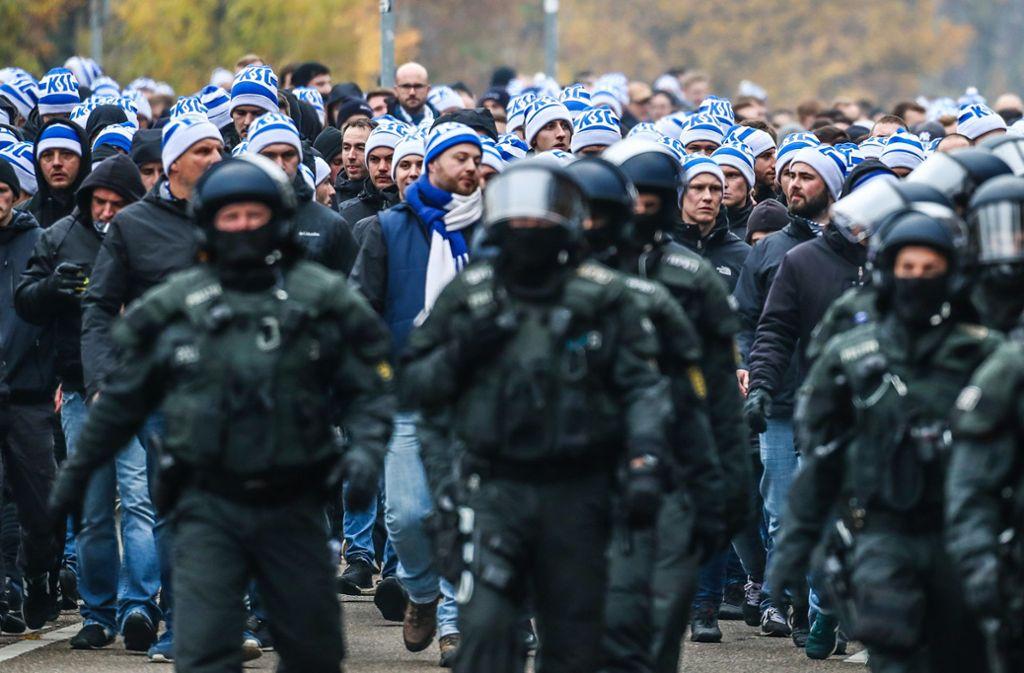 Die Polizei hat vielen  KSC-Fans den Zugang zum Stadion verwehrt. Foto: dpa/Christoph Schmidt