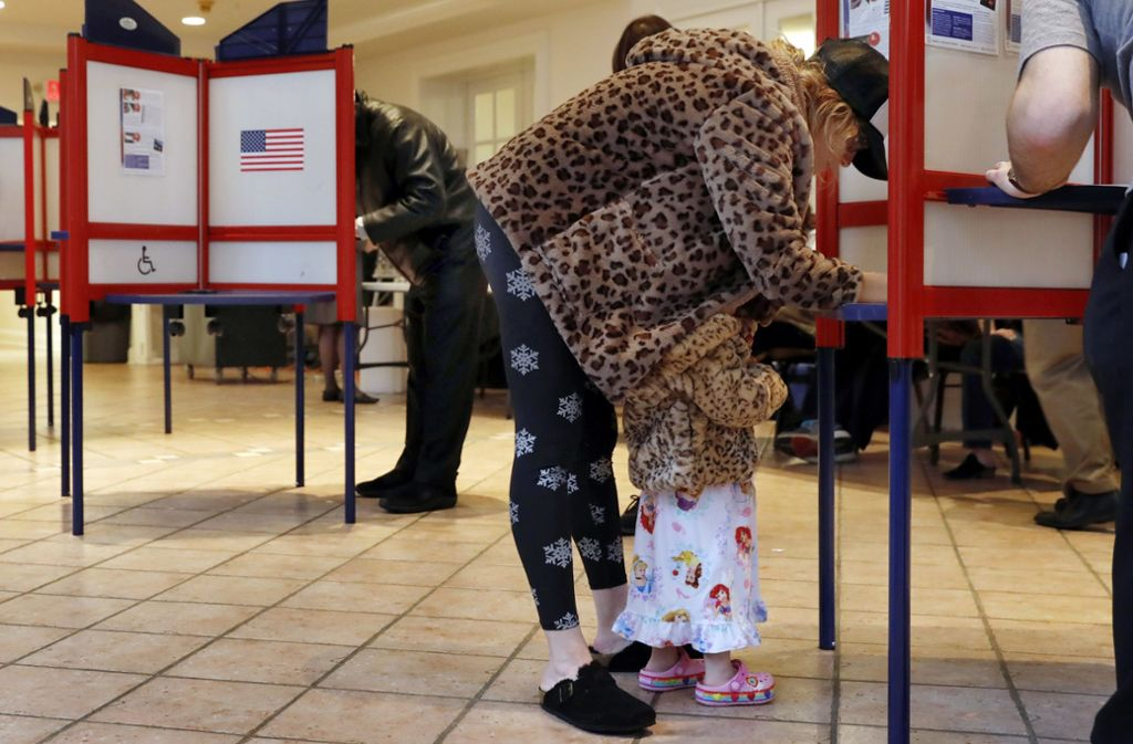Eine Wählerin gibt in den USA ihre Stimme ab. Foto: AP