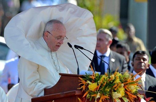 Vom Winde verweht: Papst Franziskus muss wegen eines Tropensturms seinen Besuch auf den Philippinen verkürzen. Foto: ANSA